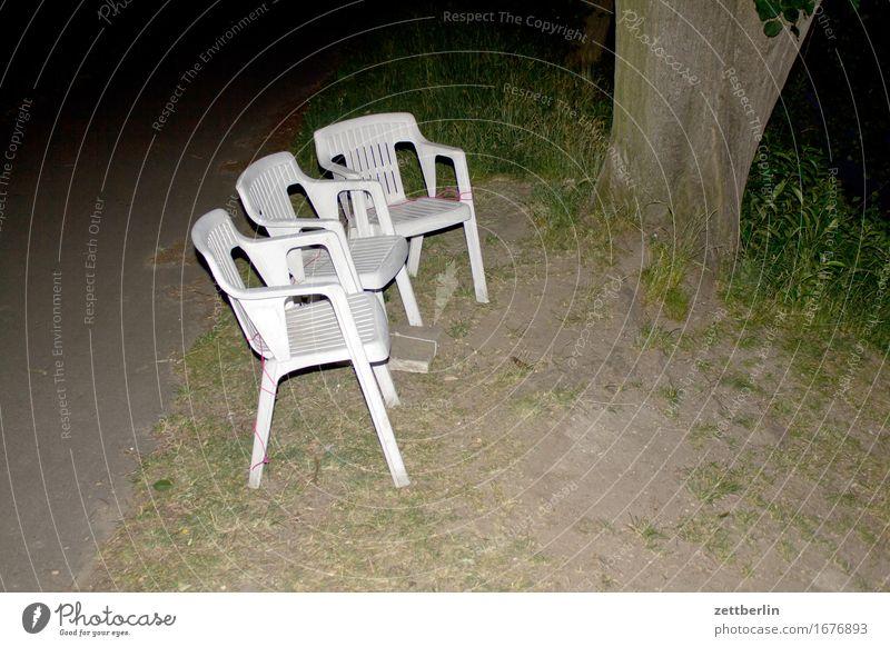 Erste Reihe Stuhl sitzen Sitzreihe Garten Gartenstuhl Camping Campingstuhl Stapel Plastikstuhl Kunststoff Abend Nacht Blitzlichtaufnahme Textfreiraum