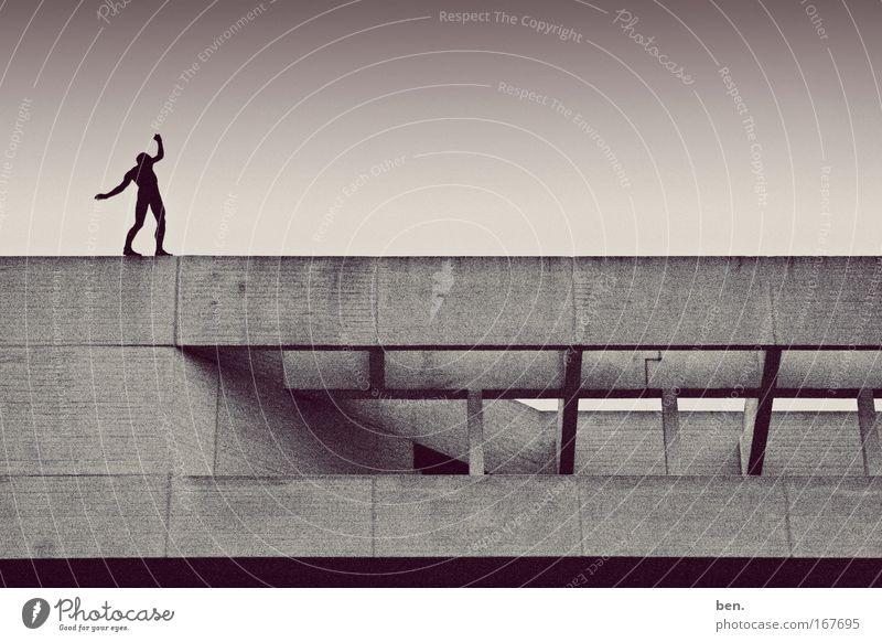 Balance Mensch dunkel Wand Architektur Mauer Gebäude Kunst Zufriedenheit Tanzen Angst Fassade Abenteuer ästhetisch Dach bedrohlich Bauwerk