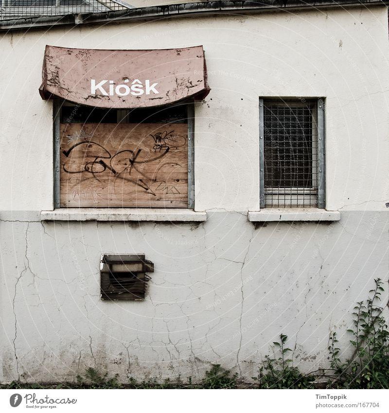Kiôsk Haus Wand Fenster grau Mauer Graffiti Fassade trist Vergänglichkeit verfallen Verfall Industrieanlage Ladengeschäft Buden u. Stände Kiosk Stadtrand