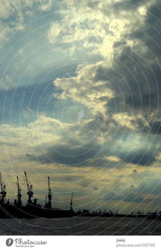 Erleuchtung Wasser Himmel grün blau Wolken dunkel Landschaft Horizont Macht Güterverkehr & Logistik bedrohlich Hafen Sturm Verkehrswege Unwetter Urelemente