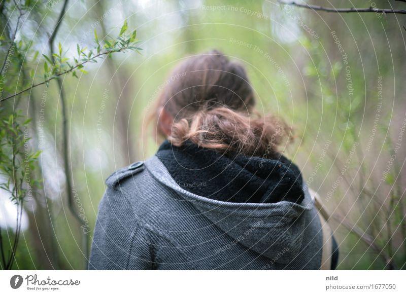 in to green Wohlgefühl Freizeit & Hobby feminin Junge Frau Jugendliche 1 Mensch 18-30 Jahre Erwachsene Umwelt Natur Park Wald Jacke Kapuze brünett Bewegung