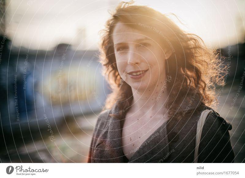 Sundown Sendling Mensch Jugendliche Stadt schön Junge Frau 18-30 Jahre Gesicht Erwachsene Wand natürlich feminin Stil Lifestyle Mauer Glück Haare & Frisuren