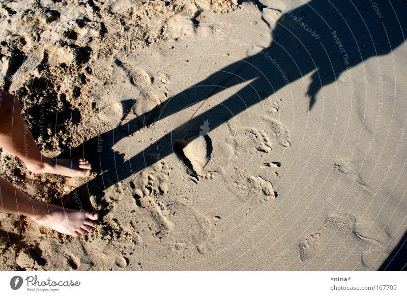 Shadow In The Sand Mensch Kind Mädchen Strand Ferien & Urlaub & Reisen ruhig Leben Glück Fuß Sand Beine frei frisch stehen Freizeit & Hobby
