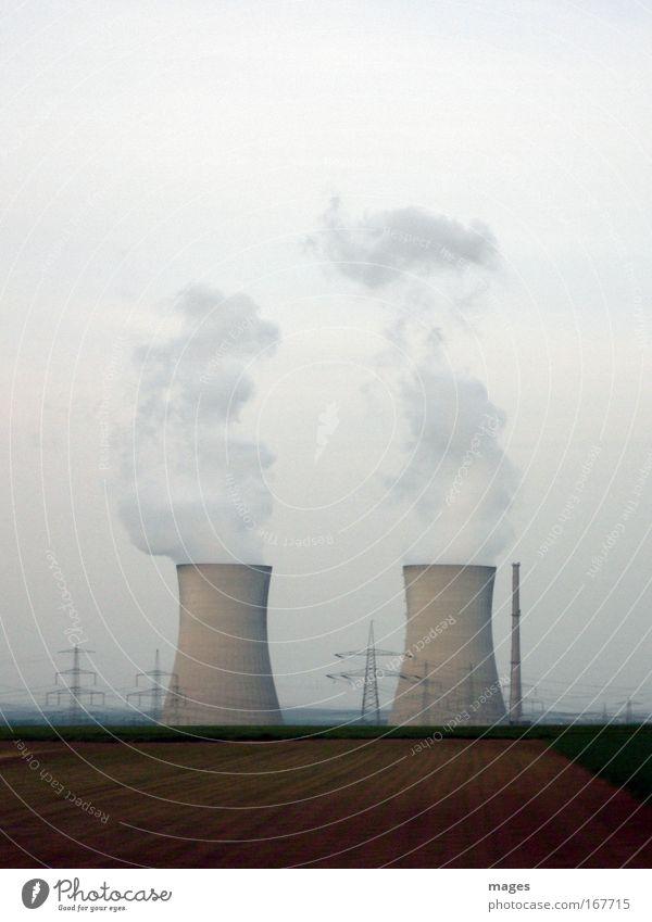 Wolkenfabrik Feld groß Energiewirtschaft Turm Klima Schornstein Strommast Wasserdampf Klimawandel Hochspannungsleitung Kernkraftwerk Energiekrise Kühlturm