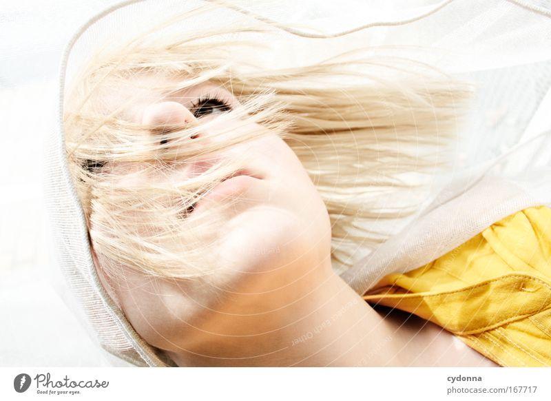 Umhüllt Mensch Frau Jugendliche schön Gesicht Erwachsene Leben Gefühle Freiheit Bewegung Traurigkeit träumen elegant Haut ästhetisch Perspektive