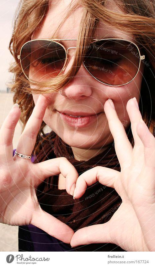 Loooove is in the air! Frau Mensch Hand Jugendliche Sommer Liebe feminin Gefühle Glück träumen Wärme braun Herz Erwachsene Lebensfreude brünett