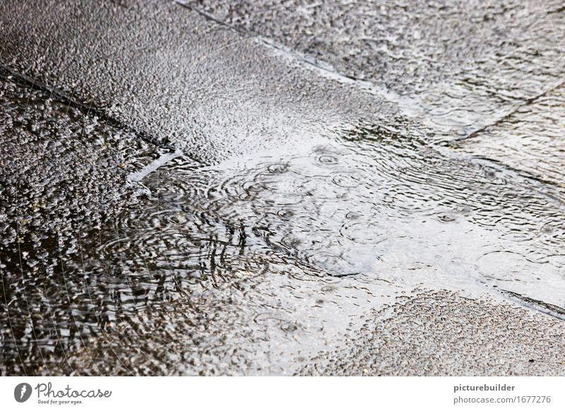 Warmer Sommerregen Wasser Wassertropfen Herbst schlechtes Wetter Regen Straße nass grau Klima trist Schauer Asphalt Farbfoto Gedeckte Farben Außenaufnahme