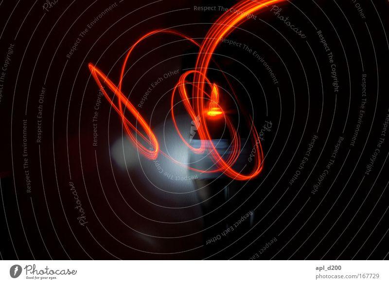 Lichtgestalt Farbfoto Innenaufnahme Experiment Nacht Kunstlicht Lichterscheinung Low Key Unschärfe Totale Blick in die Kamera Blick nach vorn
