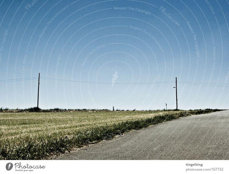am horizont Natur grün blau ruhig Ferne grau Wege & Pfade Landschaft Feld Horizont einfach trocken Verkehrswege Oberleitung Wolkenloser Himmel