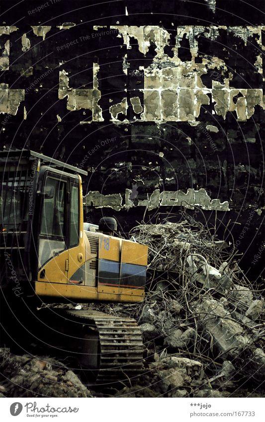 abbruch. Farbfoto Außenaufnahme Menschenleer Baustelle Haus Ruine Bauwerk Gebäude Mauer Wand Bagger alt kaputt gelb Tod Desaster Endzeitstimmung Verfall