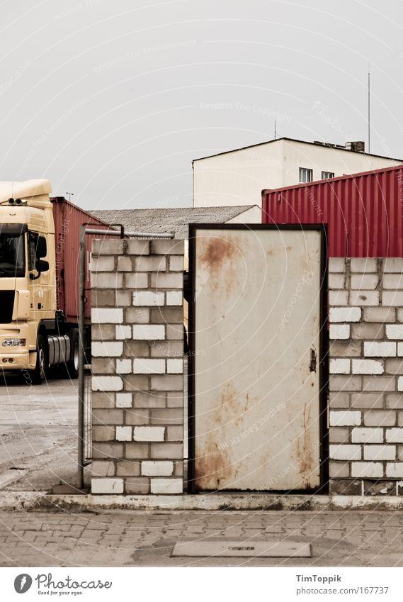 Warenumschlagplatz #1 Haus Einsamkeit Wand grau Mauer Gebäude Tür Verkehr Fassade leer trist Güterverkehr & Logistik Fabrik Lastwagen Bauwerk Frankfurt am Main