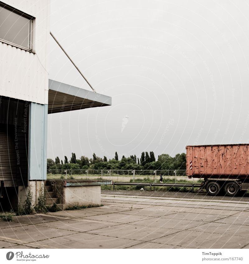 Warenumschlagplatz #2 Straße Wand grau Gebäude Mauer Verkehr leer trist Industriefotografie Güterverkehr & Logistik Bauwerk Fabrik Lastwagen Verkehrswege