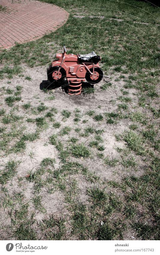 Mopped fahr´n! alt rot Freude Spielen Zufriedenheit Fröhlichkeit retro fahren Rasen Motorrad Rennbahn Spielplatz schaukeln rebellisch Kinderspiel