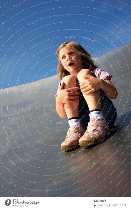 runabout Außenaufnahme Mädchen Haut Mund Hand Finger Beine Wolkenloser Himmel Schönes Wetter Turnschuh blond schreien Freude Fröhlichkeit Mut Bewegung