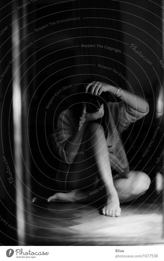 through a lens feminin Frau Erwachsene Körper 1 Mensch 18-30 Jahre Jugendliche ästhetisch Fotografie Fotografieren Dielenboden Fotokamera sitzen Spiegel
