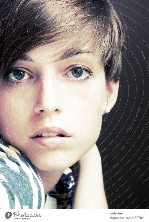 She Farbfoto Gedeckte Farben Innenaufnahme Tag Licht Zentralperspektive Porträt Oberkörper Profil Blick Blick in die Kamera Blick nach vorn Mensch feminin