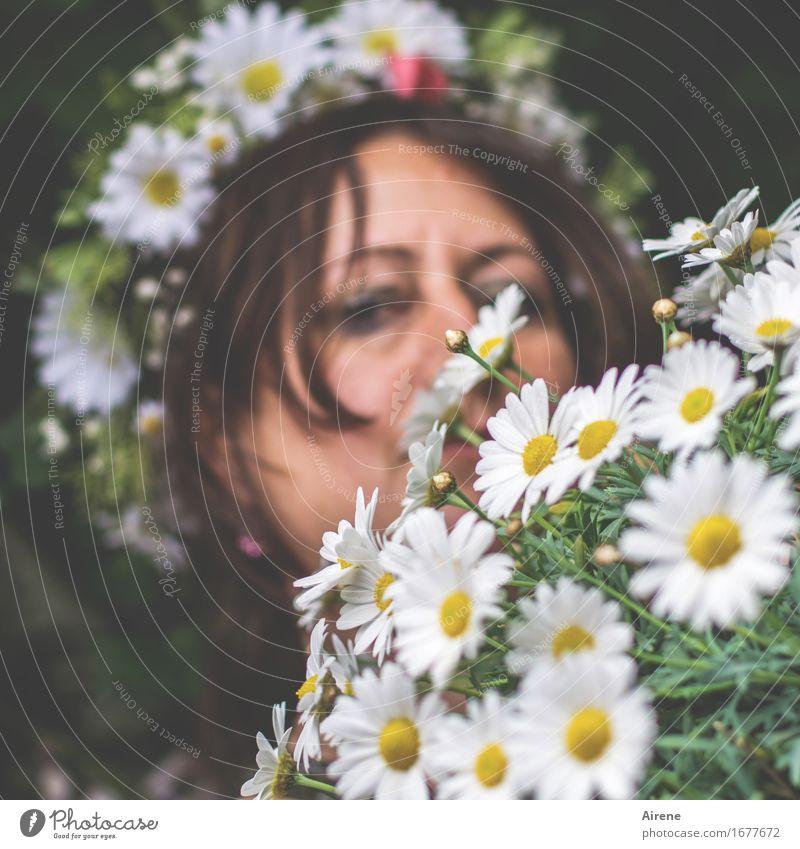 AST 9 | Blumen mit B. Mensch Frau schön grün weiß Gesicht Erwachsene Auge feminin Glück Feste & Feiern Haare & Frisuren Kopf Idylle Geburtstag