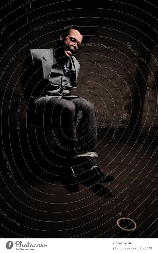 hostage 2 Farbfoto Gedeckte Farben Innenaufnahme Nacht Kunstlicht Schatten Kontrast Low Key Zentralperspektive Blick nach unten Mensch maskulin Mann Erwachsene