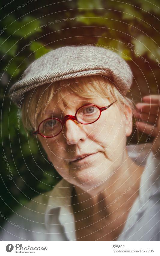 AST 9 | Wie bitte? Mensch Frau grün Hand Gesicht Erwachsene Gefühle feminin Stimmung authentisch 45-60 Jahre Brille Mütze hören Interesse Vorsicht