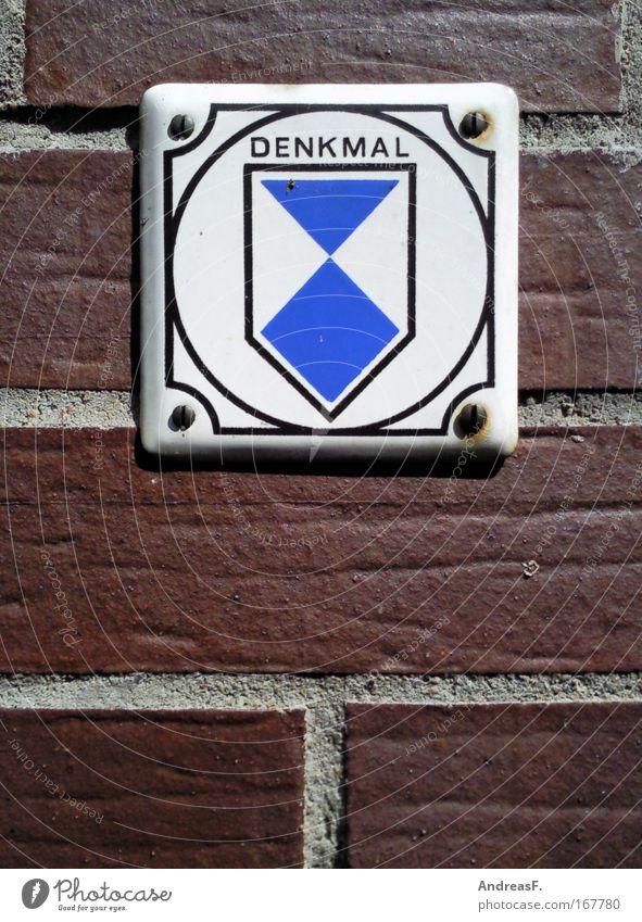 Denk mal! alt Haus Gebäude Denken Architektur Schilder & Markierungen Schriftzeichen Kultur Zeichen Backstein Denkmal Hinweisschild Bauwerk historisch