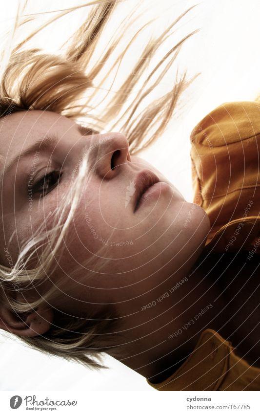 Falling Mensch Frau Jugendliche schön ruhig Gesicht Erwachsene Erholung Leben Gefühle Freiheit Bewegung Kopf Traurigkeit träumen elegant
