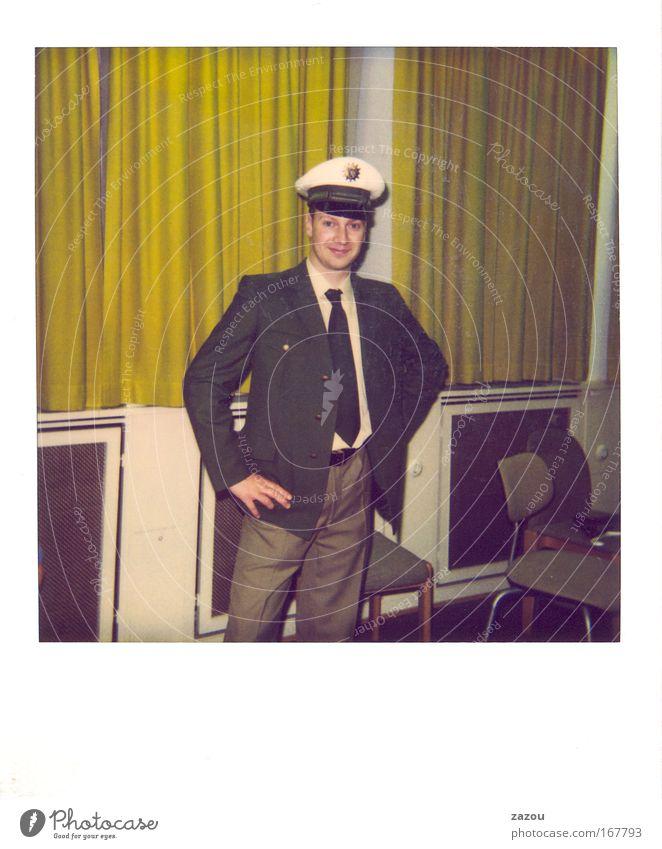 Dein Helfer Farbfoto Innenaufnahme Polaroid Textfreiraum unten Kunstlicht Ganzkörperaufnahme Blick in die Kamera Blick nach vorn Beruf Polizist Mensch maskulin