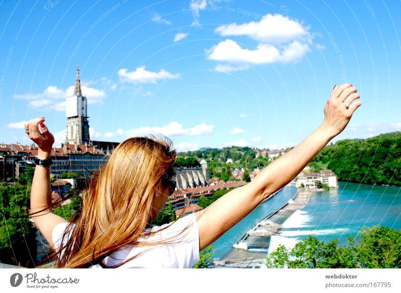 Grenzenlose Freiheit Sommer Junge Frau Jugendliche Erwachsene Hand 1 Mensch 18-30 Jahre Schönes Wetter T-Shirt langhaarig Blick Fröhlichkeit frisch Glück