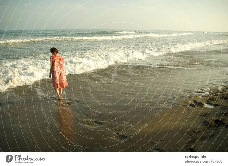 Farbfoto Außenaufnahme Morgendämmerung feminin Frau Erwachsene Sand Wellen Küste Strand Gesundheit Ferien & Urlaub & Reisen Meer Marbella Spanien