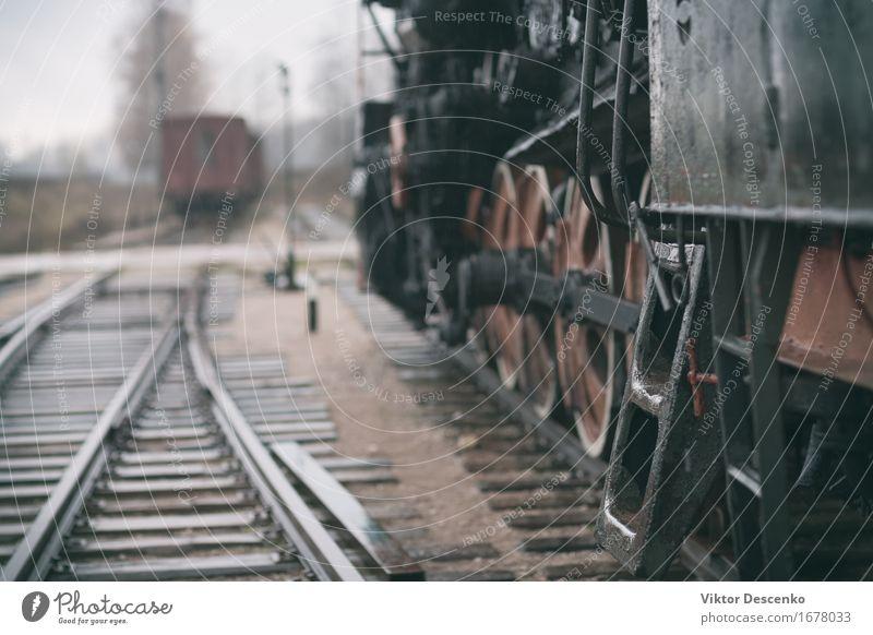 Stahltreppe in Vintage Dampfzug auf nassen Schienen Ferien & Urlaub & Reisen Industrie Hütte Verkehr Fahrzeug PKW Eisenbahn Lokomotive Holz Metall alt retro