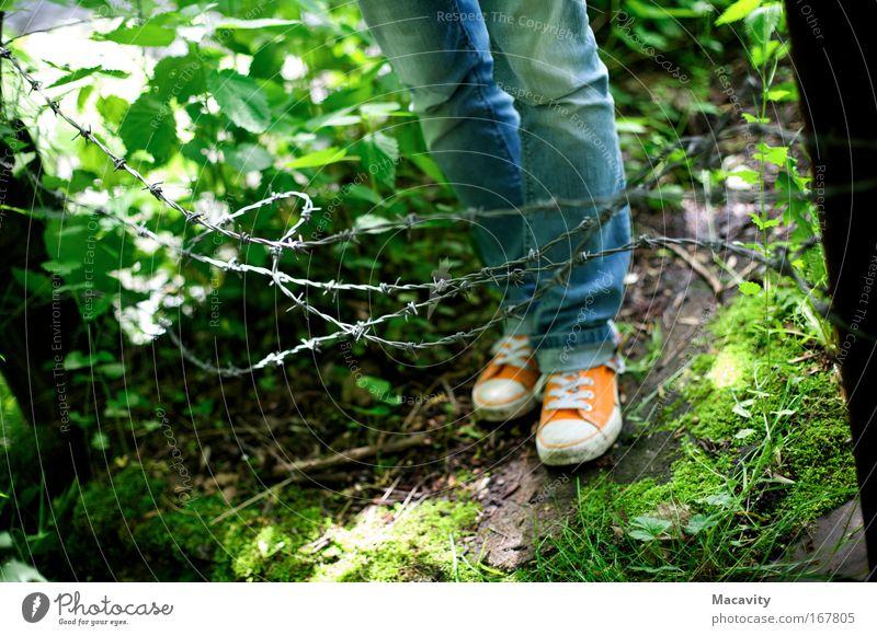 Umfriedung Natur Pflanze Gras Beine Fuß Schuhe gefährlich Sicherheit bedrohlich Jeanshose Schutz Wut Mut Zaun Grenze Krieg