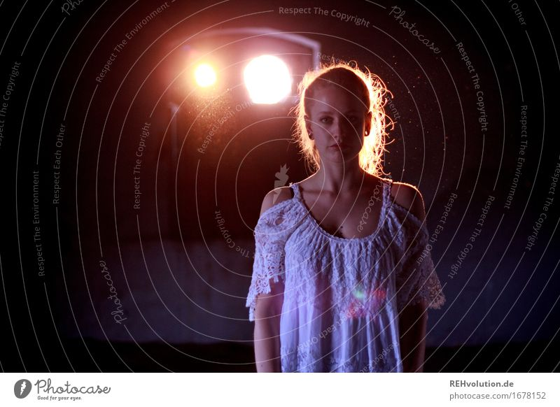 Alexa | Engel Mensch feminin Junge Frau Jugendliche 1 18-30 Jahre Erwachsene Kleid Piercing Ohrringe blond langhaarig Zopf leuchten stehen außergewöhnlich
