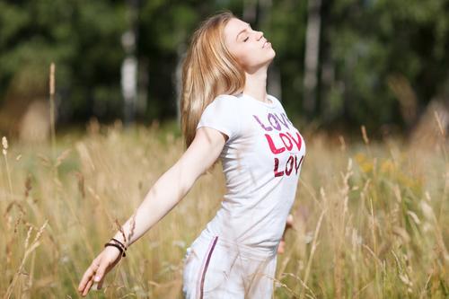 Junges schönes Mädchen in der Liebe Lifestyle Glück harmonisch Erholung Freiheit Sommer Fitness Sport-Training Yoga Mensch Junge Frau Jugendliche Erwachsene