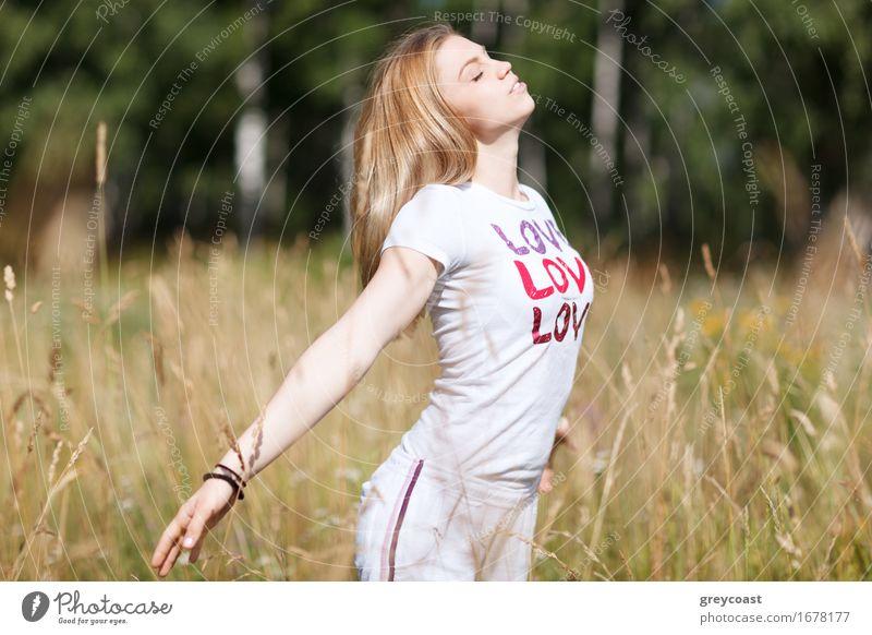 Junges schönes Mädchen in der Liebe Mensch Frau Natur Jugendliche Sommer grün Junge Frau weiß Hand Erotik Erholung 18-30 Jahre Erwachsene