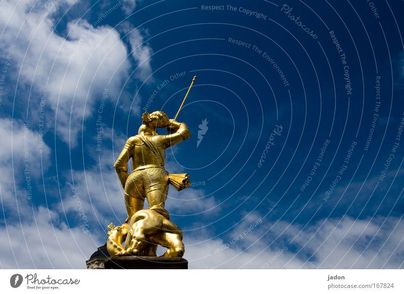 Drachentöter Farbfoto Außenaufnahme Textfreiraum rechts Tag Mann Erwachsene Rücken Kunstwerk Skulptur Eisenach Gold kämpfen schön stark blau Sicherheit Schutz