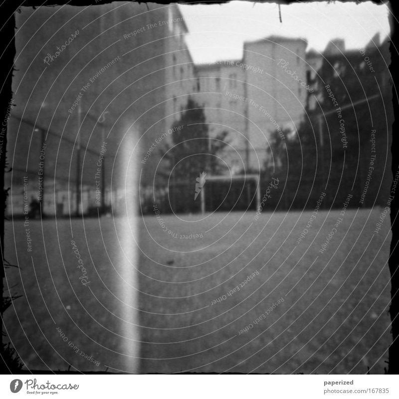 cheap and dirty I Stadt Sommer Haus Wand Spielen Architektur Mauer Zusammensein Fassade Energiewirtschaft Fußball trinken Ball Lebensfreude kämpfen Hauptstadt