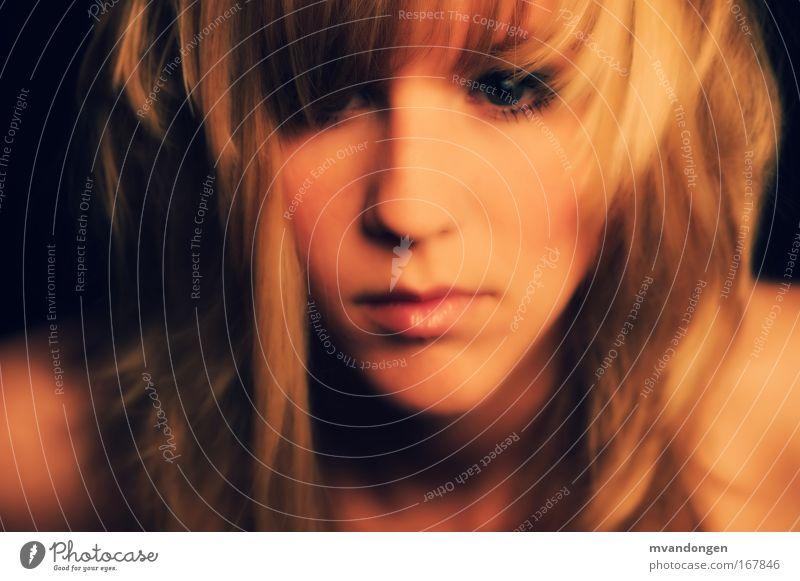 PS2009 Farbfoto Studioaufnahme Nahaufnahme Nacht Blitzlichtaufnahme Schatten Schwache Tiefenschärfe Zentralperspektive Porträt Blick nach vorn feminin