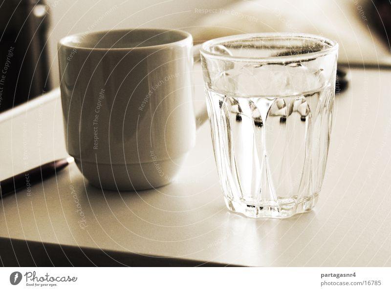 Wasserglas und Tasse Wasser Glas Geschirr Stillleben Sepia klassisch