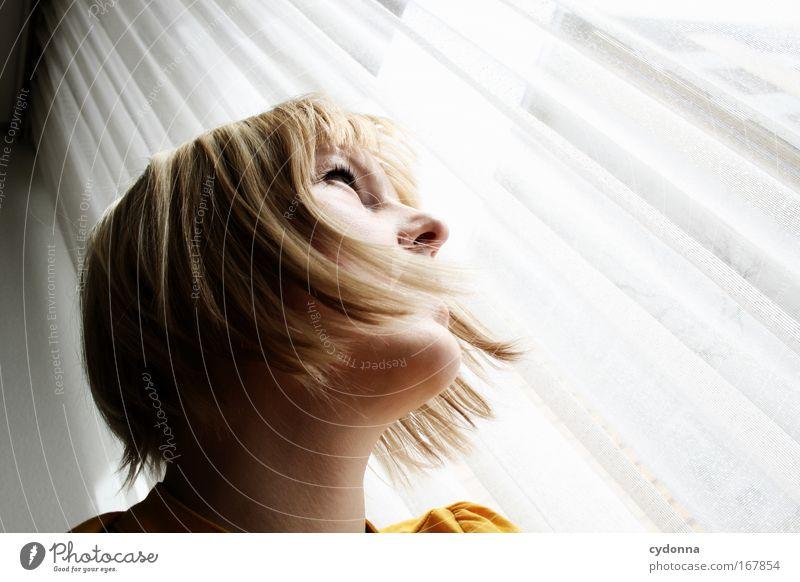 Drinnen und Draußen Frau Mensch Jugendliche schön Einsamkeit Erwachsene Gesicht Ferne Leben Freiheit Gefühle Kopf Traurigkeit träumen Angst Perspektive