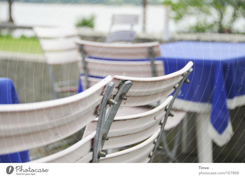 Leere Stühle und Tische in der Außen-Gastronomie Farbfoto Außenaufnahme Nahaufnahme Menschenleer Tag Schwache Tiefenschärfe Kaffeetrinken Ausflug Sommerurlaub