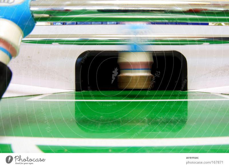 Torwart in Bewegung Farbfoto Innenaufnahme Nahaufnahme Textfreiraum unten Kunstlicht Langzeitbelichtung Bewegungsunschärfe Zentralperspektive Freizeit & Hobby