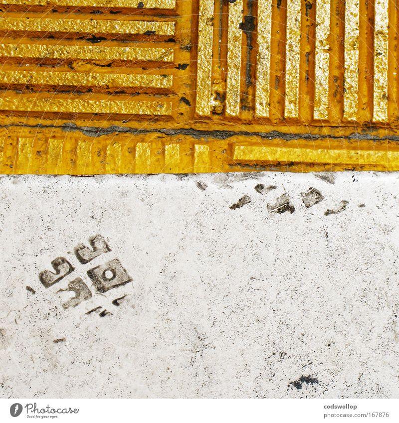 kantstein kriecher Farbfoto Außenaufnahme abstrakt Tag Fußgänger gehen gelb gold weiß Boden Bordsteinkante Fußspur Linearität Kantstein CO2-Fußabdruck Horizont