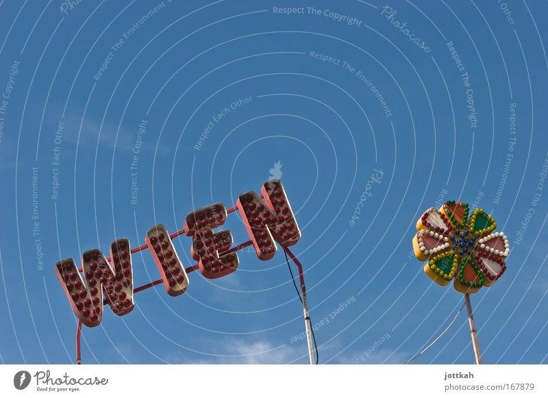 """Schriftzug """"Wien"""" und eine Blüte bestehend aus bunten Glühbirnen Hauptstadt Freizeit & Hobby Tourismus Prater Jahrmarkt Typographie Leuchtreklame Himmel"""