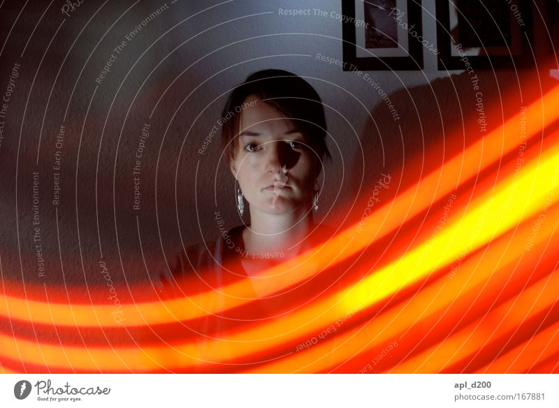 Leuchtband drei Mensch Jugendliche weiß rot Gesicht schwarz gelb dunkel feminin Haare & Frisuren Kopf Erwachsene Energiewirtschaft ästhetisch