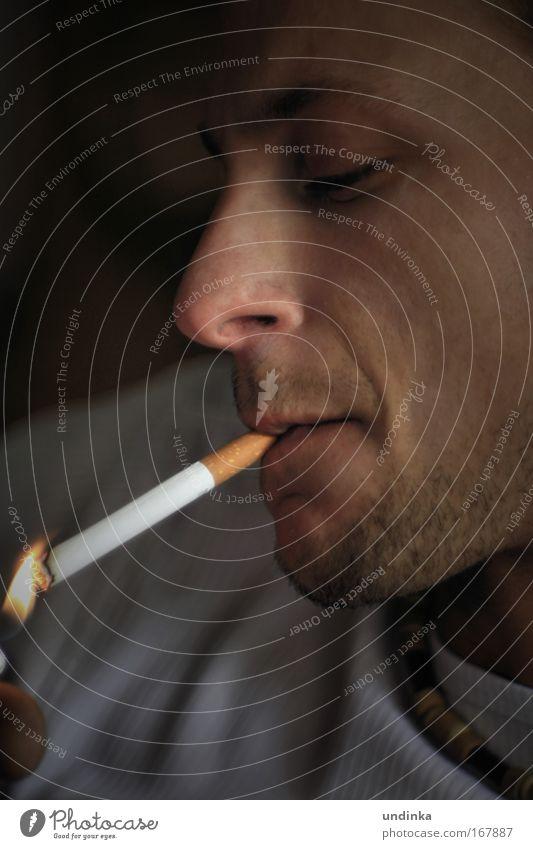 Genuss Mensch Gesicht Erholung Zufriedenheit maskulin Coolness T-Shirt Rauchen Gelassenheit genießen rebellisch Feuerzeug Dreitagebart Genusssucht