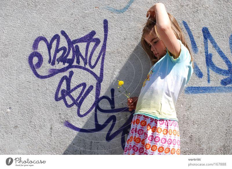 Die fabelhafte Welt der kleinen Amélie Farbfoto mehrfarbig Außenaufnahme Textfreiraum links Tag Schatten Sonnenlicht Sonnenstrahlen Oberkörper Wegsehen Mensch