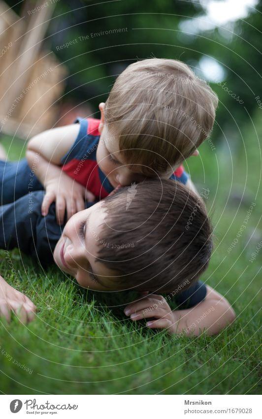 Rangelei Mensch Kind Freude Leben Wiese Junge Familie & Verwandtschaft Spielen Glück Garten Zusammensein Freundschaft blond Kindheit Fröhlichkeit Lebensfreude