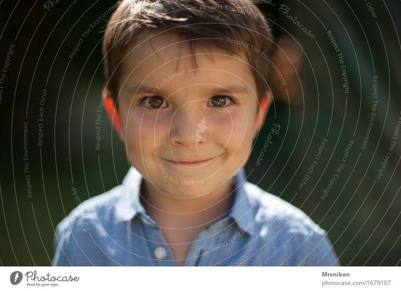 because i´m happy Kind Kleinkind Junge Kindheit Leben 1 Mensch 3-8 Jahre Blick stehen braunes Auge braunhaarig Haare & Frisuren Hemd schön Fröhlichkeit lustig