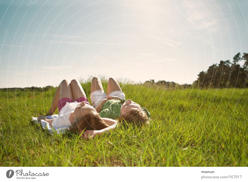 dolce far niente Familie & Verwandtschaft Ferien & Urlaub & Reisen Mensch Kind Jugendliche Mädchen Sonne ruhig Erholung Wiese Frühling träumen Wärme Freundschaft Natur Zusammensein