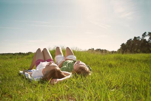 dolce far niente harmonisch Wohlgefühl Erholung ruhig Sonnenbad Sommerferien Kind Mädchen Geschwister Schwester Freundschaft Kindheit Jugendliche 2 Mensch