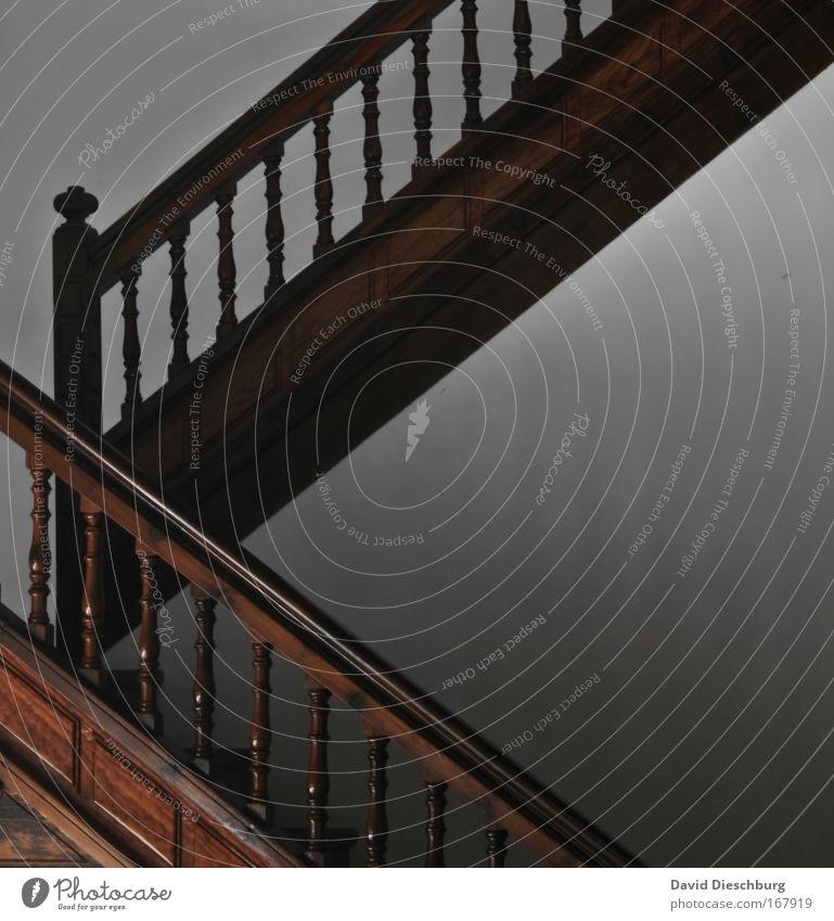 Upside down Farbfoto Innenaufnahme Kontrast Treppe alt Holz Treppengeländer hoch abwärts Linie quer Bauwerk Flur Etage Niveau Treppenhaus Symmetrie Geometrie